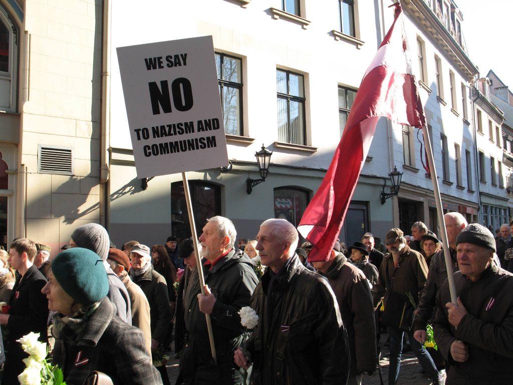 W marszu wzięły udział głównie osoby starsze. Niesiono hasła potępiające oba totalitaryzmy. Fot. Tomasz Otocki