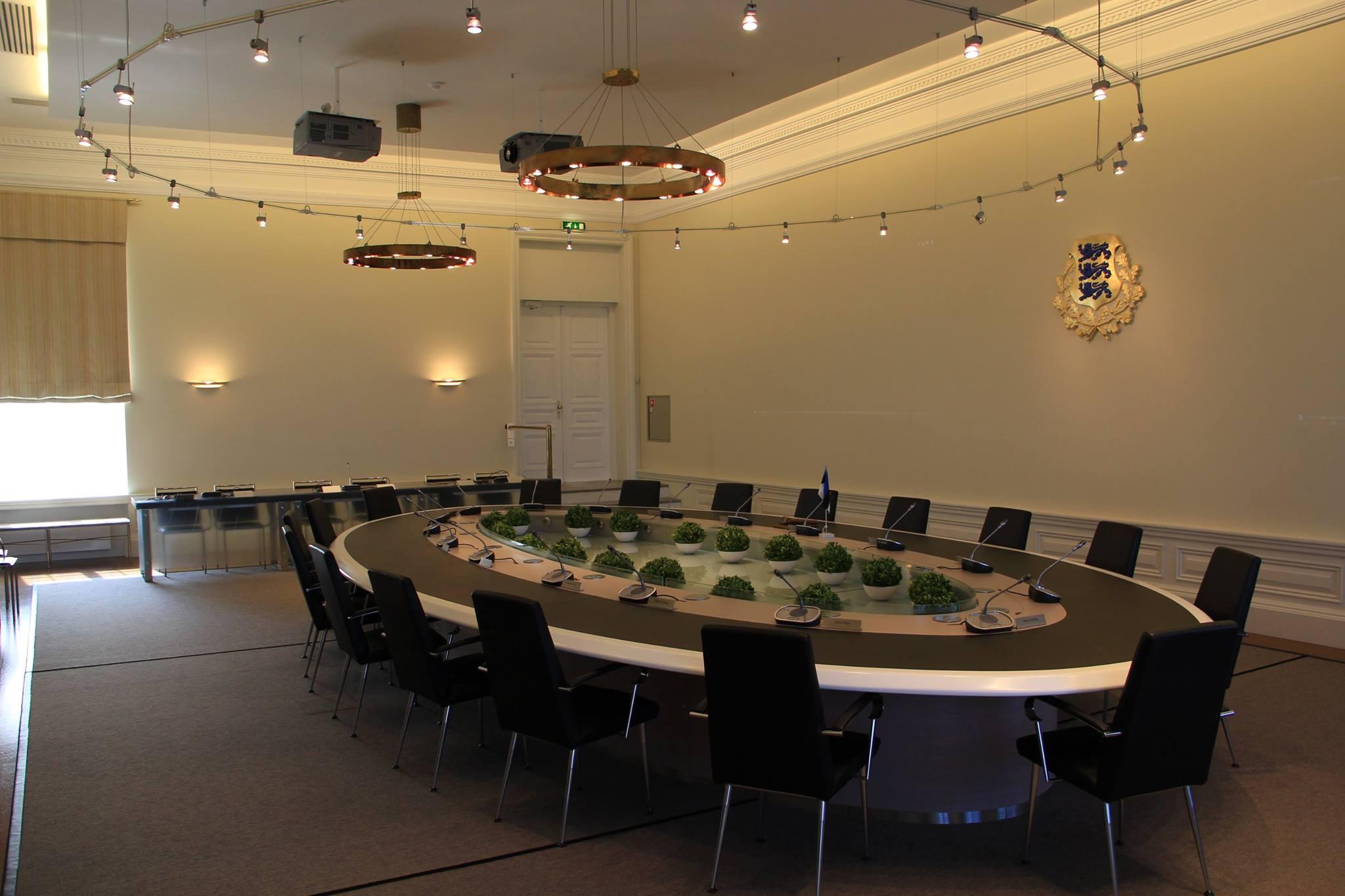 Gabinet estońskiej rady ministrów. Estońscy ministrowie zamiast wydruków mają wgląd do dokumentów i programów posiedzeń poprzez system e-rząd. Mogą również zgłaszać chęć zabrania głosu przed spotkaniami. Ministrowie mogą brać udział w spotkaniach zdalnie. Dzięki technologii i lepszej organizacji posiedzenia rządu zostały skrócone z 4-5 godzin do 30-90 minut. Fot. Kazimierz Popławski