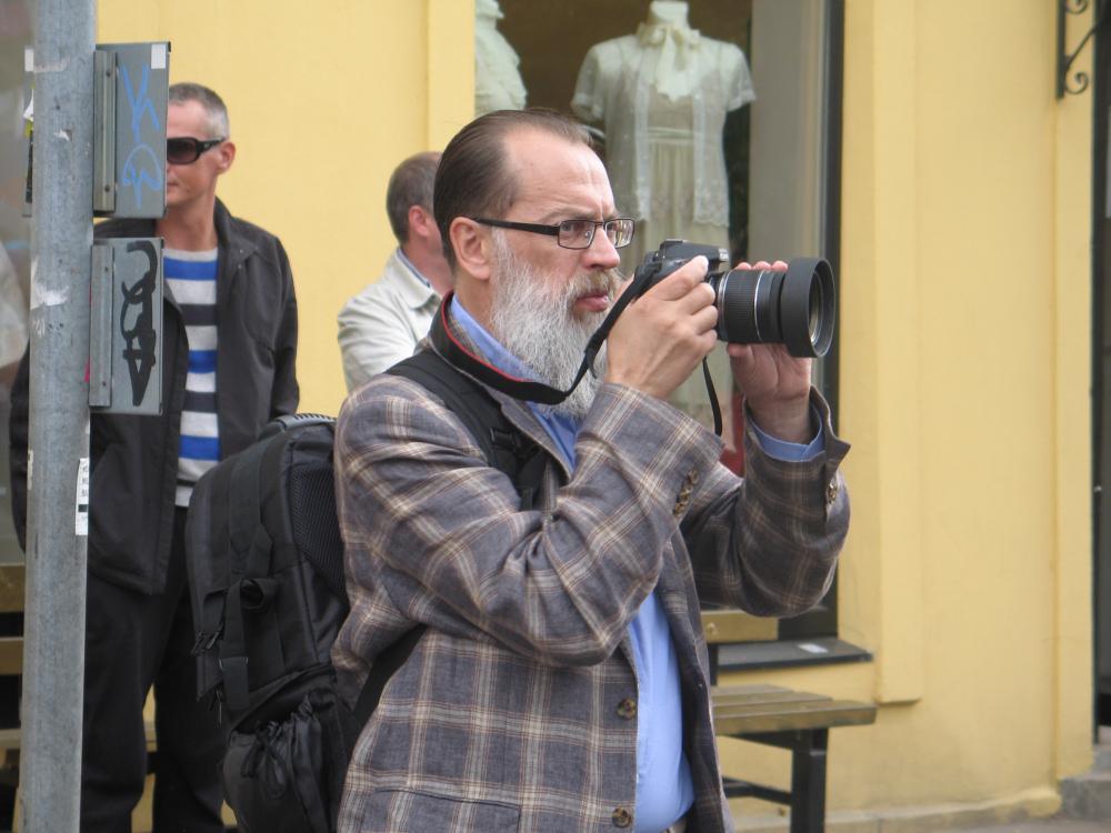 Deputowany Władimir Nikonow robi zdjęcia uczestnikom Prajdu. Zdj. Tomasz Otocki