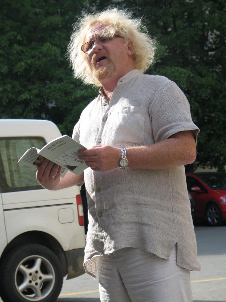 Józef Pless recytuje swe wiersze podczas Środy Literackiej