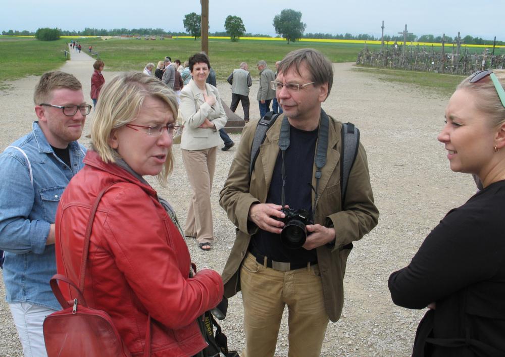 Romuald Mieczkowski wśród uczestników wycieczki na Górę Krzyży