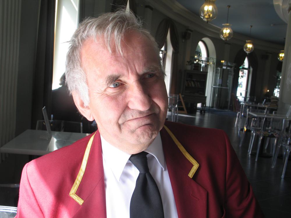 Pracownik Teatru Szwedzkiego Arto Puranen w charakterystycznym stroju. Zdj. Tomasz Otocki