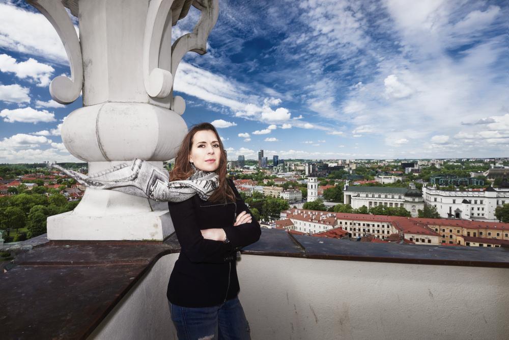 Kristina Sabaliauskaitė z panoramą Wilna w tle. Zdj. Paulius Gasiunas