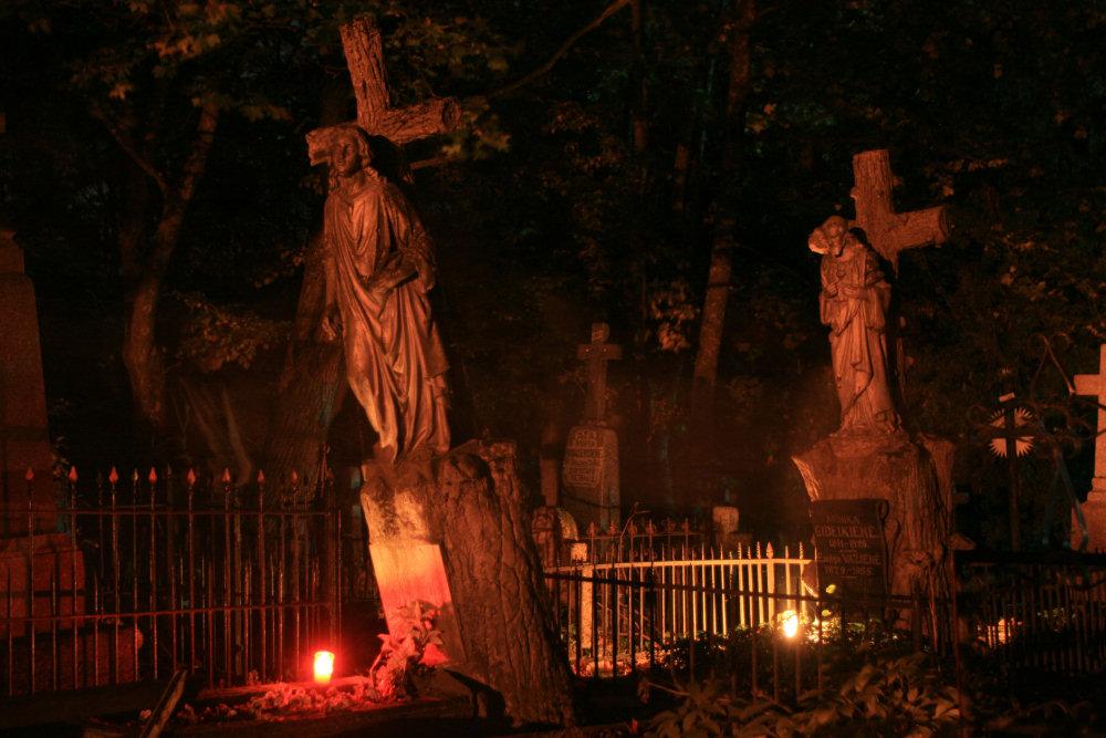 Na starym cmentarzu w Szawlach nocą