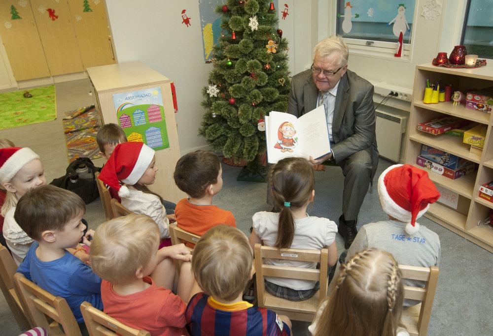 Edgar Savisaar czyta dzieciom opowiadania świąteczne swojego autorstwa. Fot. Pealinn