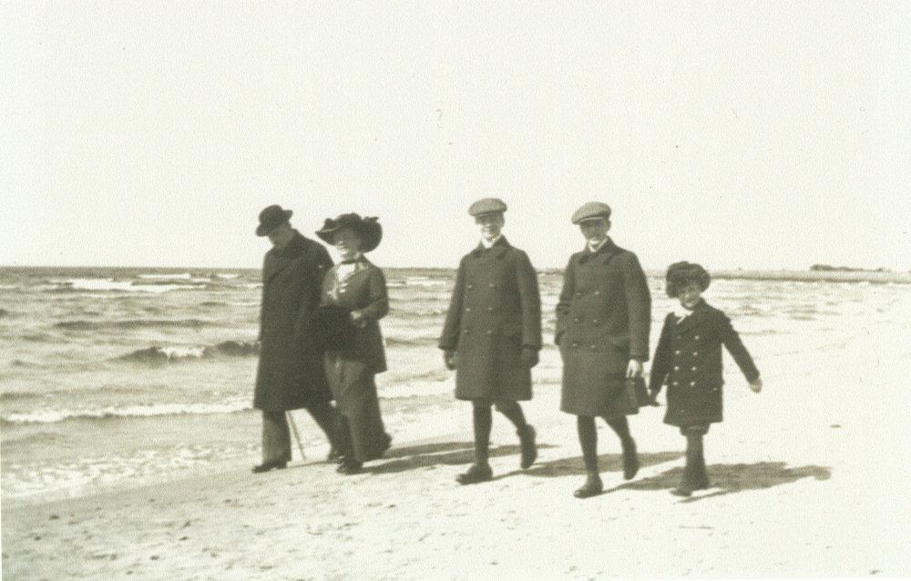 Na zdjęciu spacerująca brzegiem Bałtyku w Lipawie rodzina Hejmowskich: Staś trzeci od prawej, Marian Hejmowski pierwszy z prawej. Zdjęcie pochodzi ze zbiorów rodzinnych Teresy Hejmowskiej-Amberg.