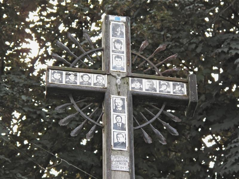 Krzyż upamiętniający ofiary obrony wieży telewizyjnej w Wilnie. Zdj. Charlie Phillips / Flickr / CC