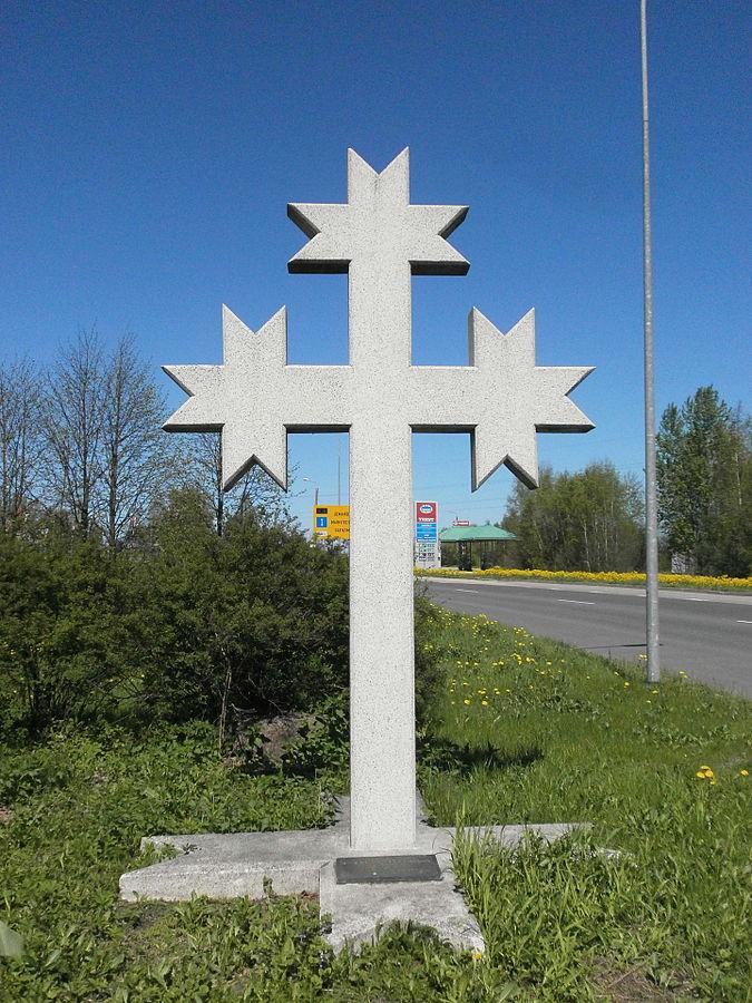 Krzyż upamiętniający ofiarę barykad - Robertsa Mūrnieksa. Fot. Edgars Košovojs / Wikimedia Commons / CC