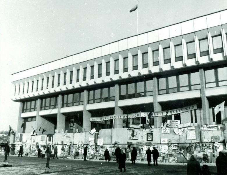 Obrona litewskiego parlamentu 13 stycznia 1991 roku. Zdj. Wikipedia.org / CC
