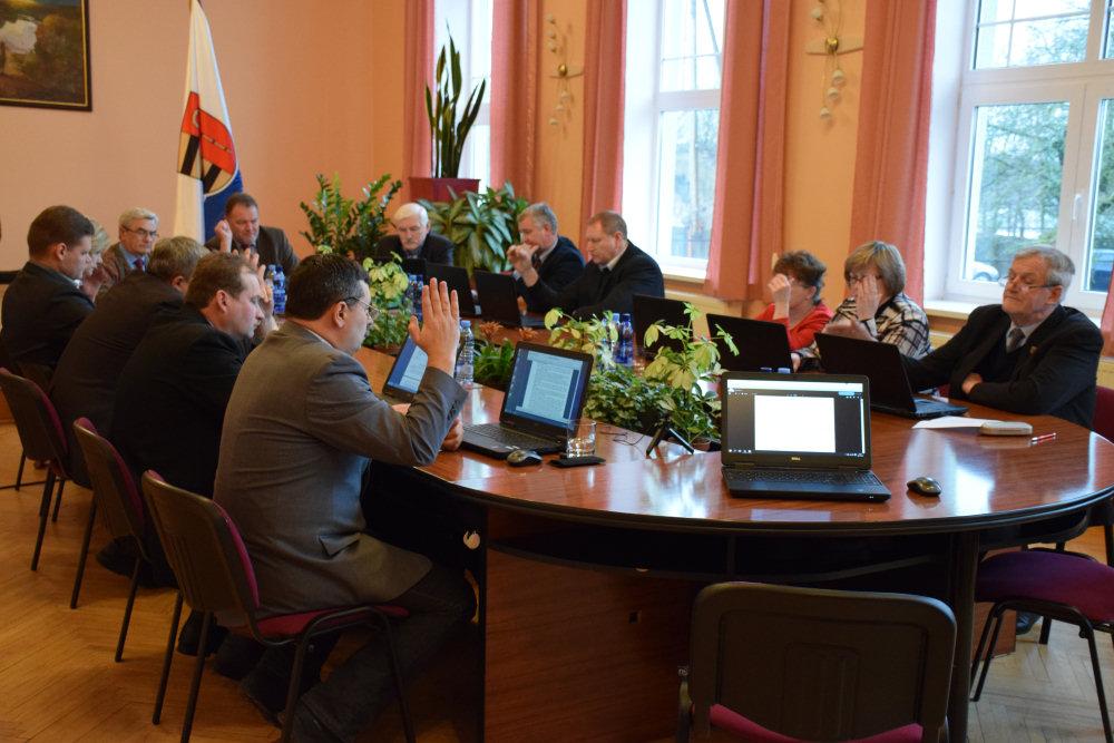 Radni Krasławia głosują za likwidacją szkoły. Zdj. Ryszard Stankiewicz.
