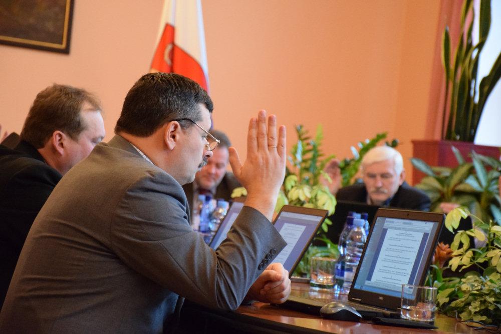 Rada okręgu - radny Polak głosuje za likwidacją szkoły. Zdj. Ryszard Stankiewicz.