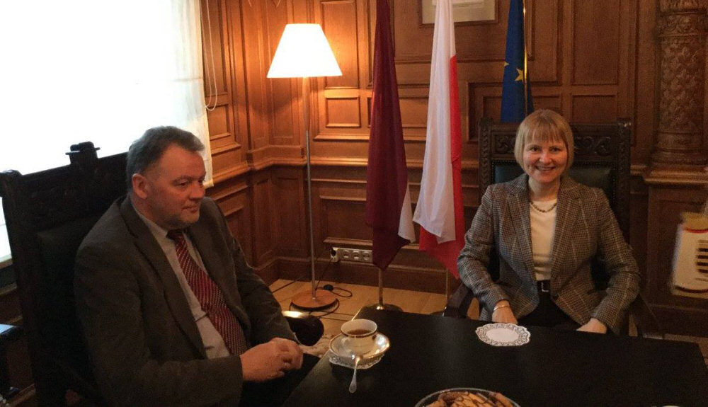 Dyskusje o przyszłości polskiej szkoły w Krasławiu w ambasadzie RP. Zdj. Ambasada RP w Rydze.
