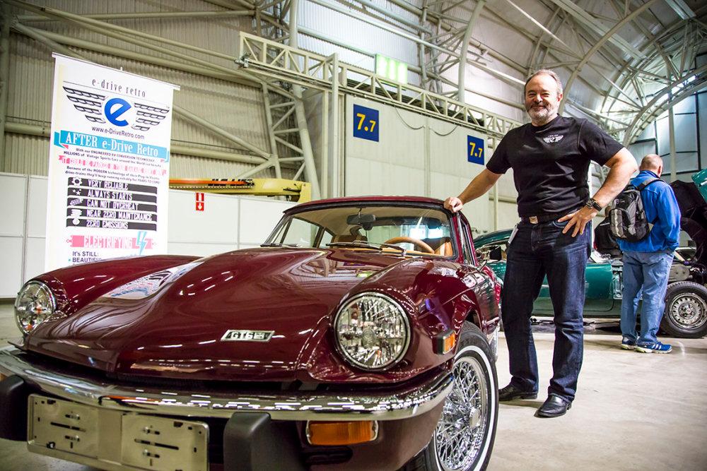 Michael Richardson obok elektrycznego GT6