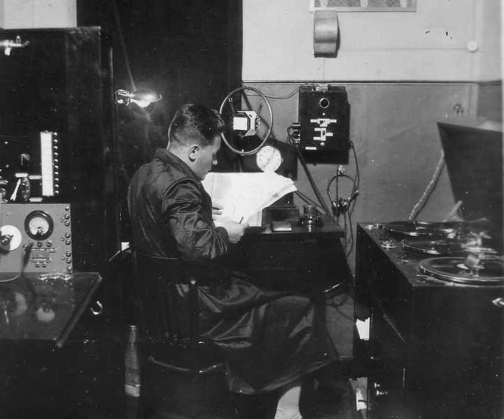 Spiker wileńskiej stacji w czasie pracy. Zdj. Archiwum internetowe Sigitasa Zilionisa