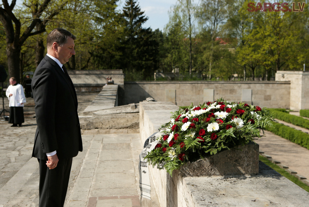 Prezydent Raimonds Vējonis na Cmentarzu Bratnie Mogiły w Rydze. Zdj. Gatis Dieziņš / Flickr / CC