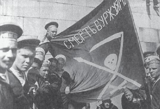 """Marynarze Petropawłowska w Helsinkach latem 1917 roku. Na fladze napisano: """"Śmierć burżuazji"""""""