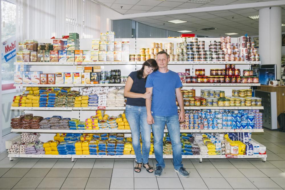 Marina i Igor Grygorenko w swoim supermarkecie. Zdj. Hannes Jung