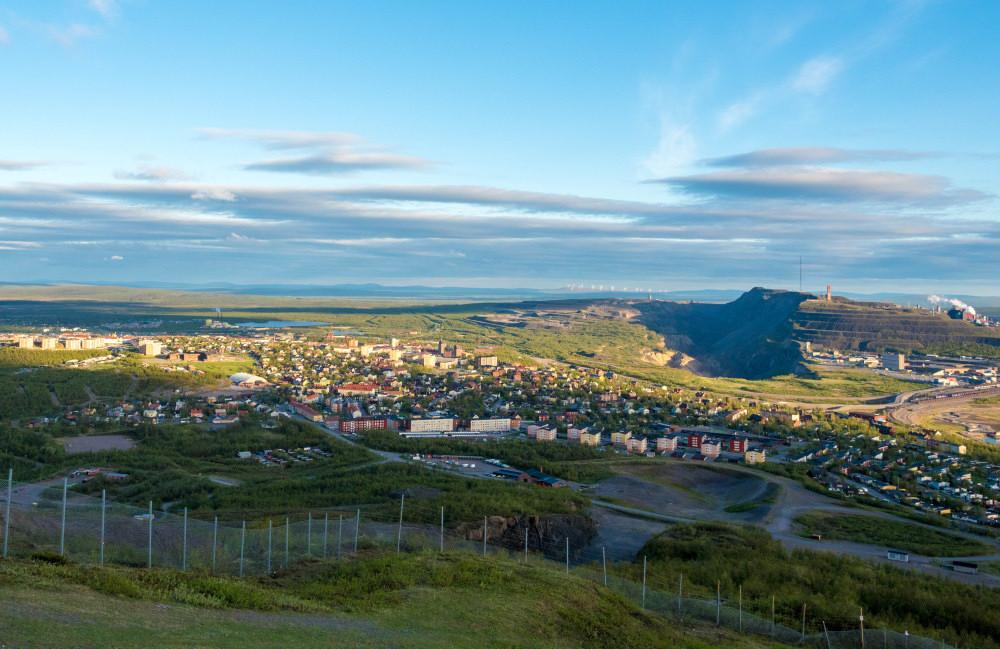 Panorama Kiruny - bliżej miasteczko, dalej kopalnia. Zdj. chas B / Flickr / CC