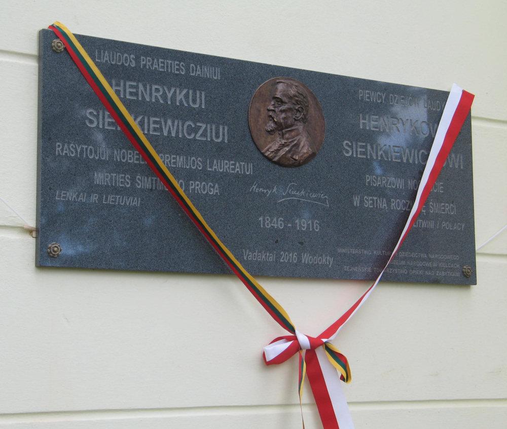 Tablica na cześć Henryka Sienkiewicza na kościele w Wodoktach